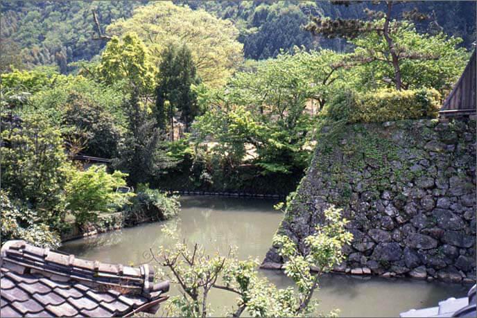 内堀と石垣の画像