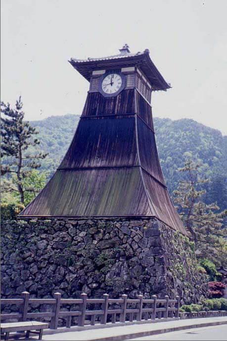 辰鼓櫓(しんこやぐら)の背後に有子山が見える画像