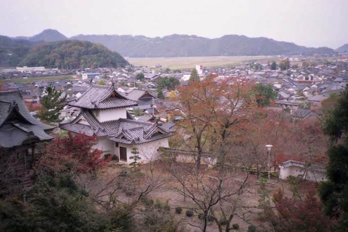 稲荷曲輪から北西望。出石の城下町を見渡している画像