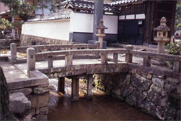 城山の麓に並ぶ寺院群の橋の画像