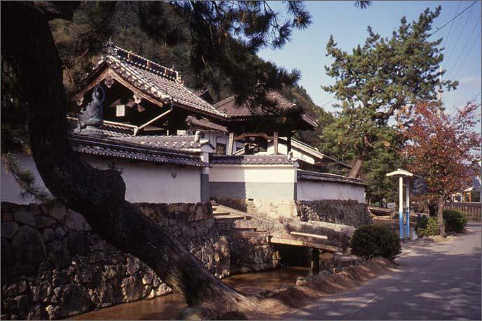 城山の麓に並ぶ寺院群の画像