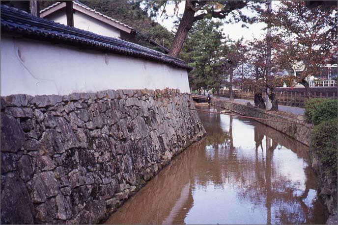 城山の麓に並ぶ寺院群の堀の画像
