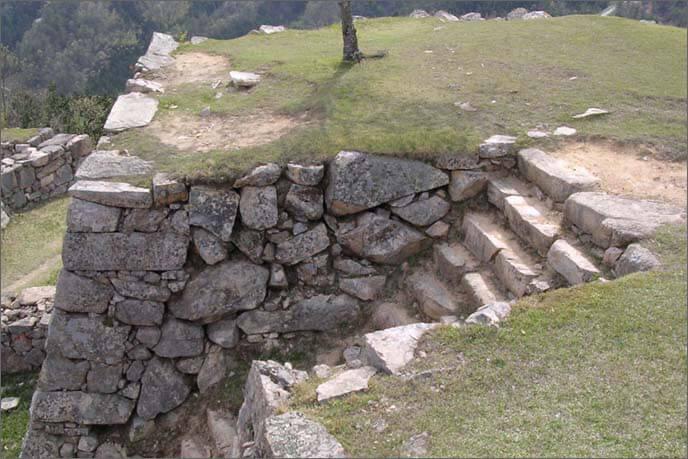 天守台入口の急勾配な石段を渡っている画像