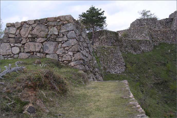 雄大な山上の石垣の画像(左)