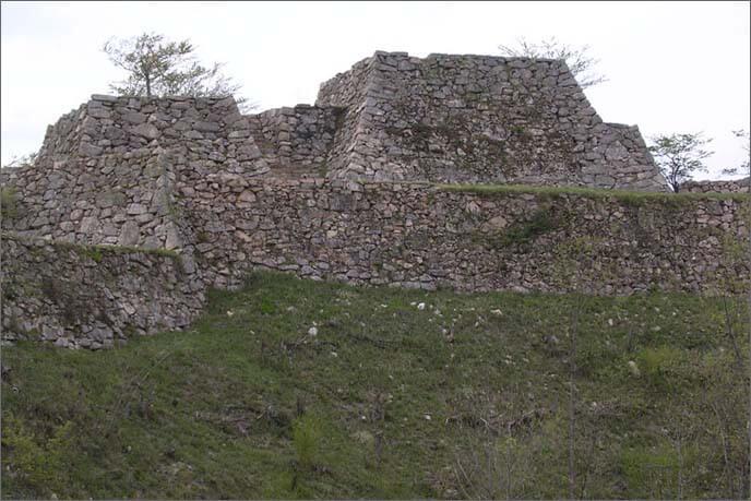 雄大な山上の石垣の画像(正面)