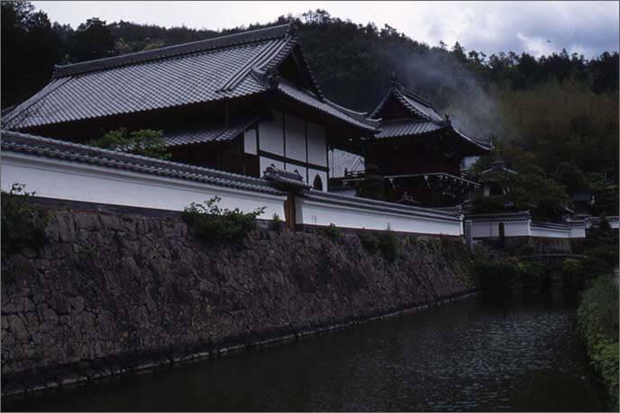 城山の麓の興禅寺(こうぜんじ)と堀の画像