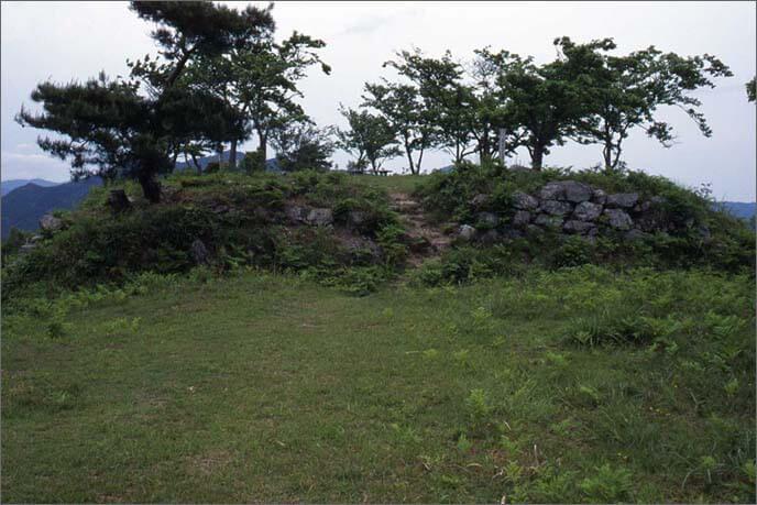 二ノ丸から石垣で固められた壇状の本丸を見た画像(その1)