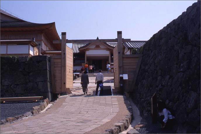 復元された大書院(おおしょいん)の門の画像