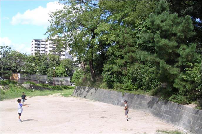 西辺の堀跡で子供たちが遊んでいる画像