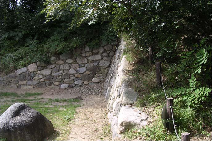 転用石の交じる石垣の画像