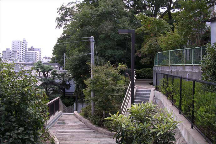 猪名野神社の東辺の崖(天然の要害地形)の画像