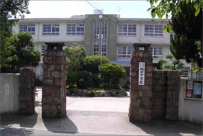 城跡地内(現在は旧校舎を尼崎市立文化財収蔵庫に活用)の校門の画像