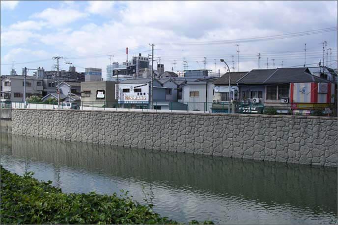 城跡の西を限る庄下川の画像