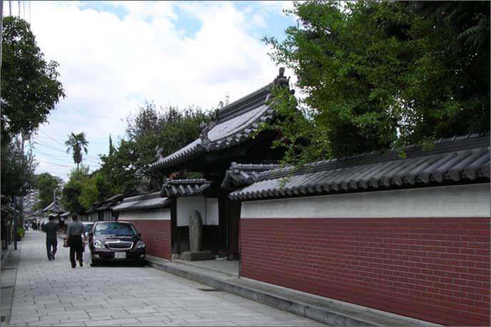 東西に寺院が並ぶ寺町の風景の画像(その1)