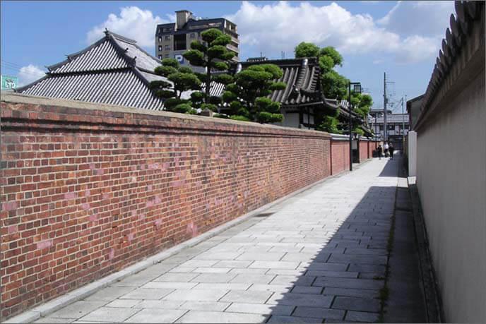 東西に寺院が並ぶ寺町の風景の画像(その2)