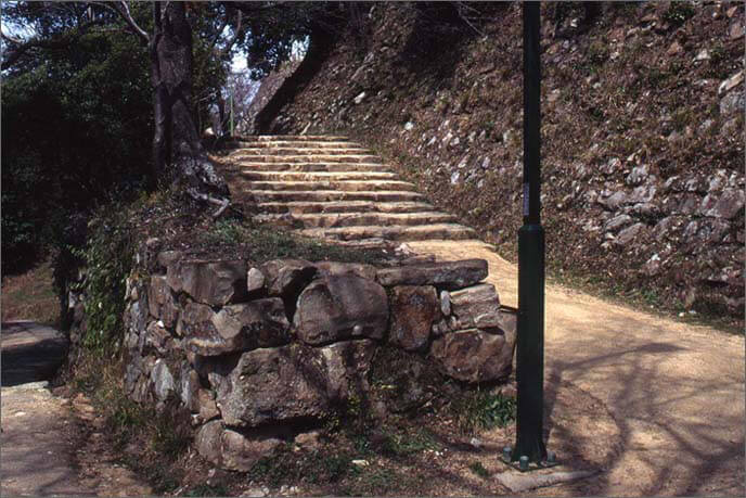 上の城の石垣と階段の画像
