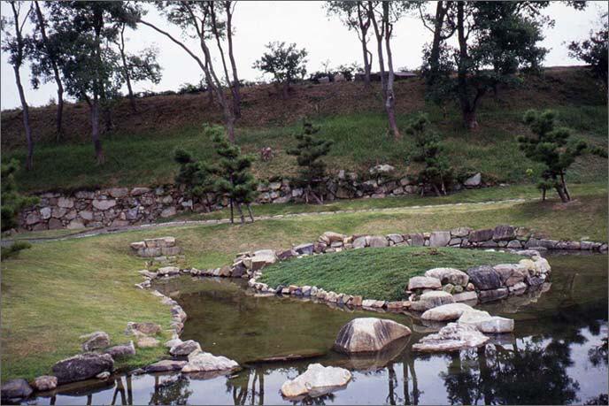 発掘整備された本丸庭園の画像(池)