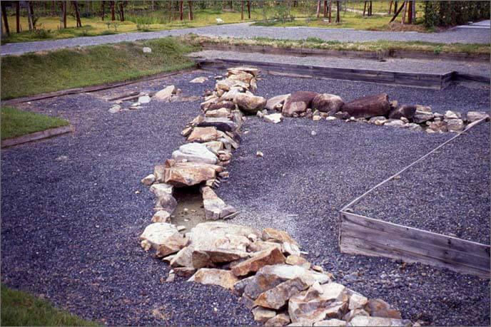 発掘整備された本丸庭園の画像(暗渠(あんきょ)石組み)