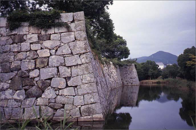 本丸の石垣の鈍角(どんかく)の折れ部分の画像