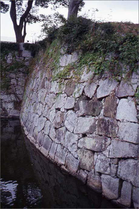 本丸の石垣の曲線部分の画像