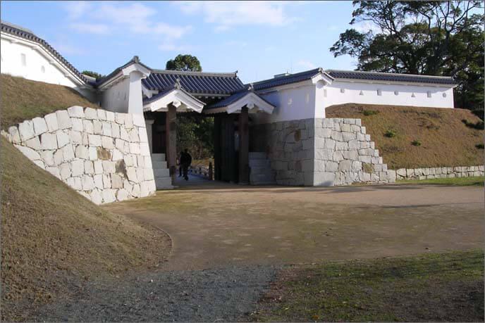 復元整備された本丸の厩口門(うまやぐちもん)の画像