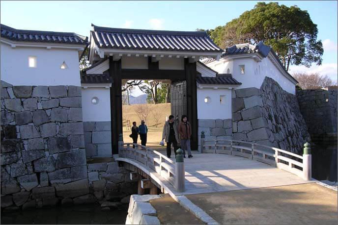 厩口門(外側)の橋の画像