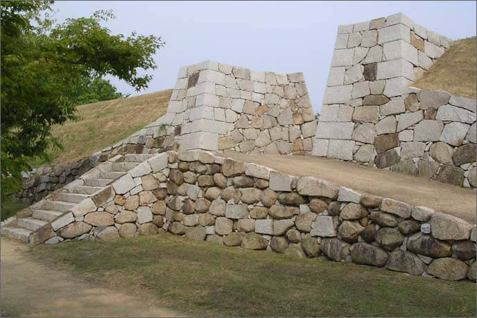 復元整備された本丸の刎橋門(はねばしもん)の画像