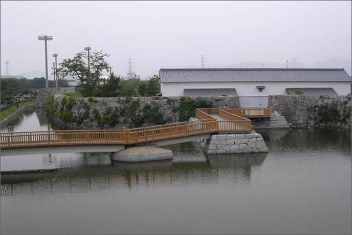 二ノ丸南方の水手門/左側に曲線状の石垣の画像