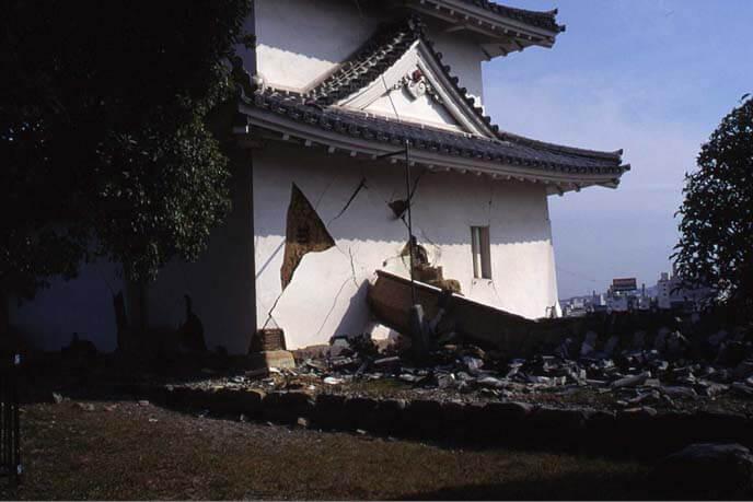 震災直後の巽櫓(たつみやぐら)の画像