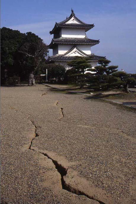 震災直後の本丸南辺/地割れの画像