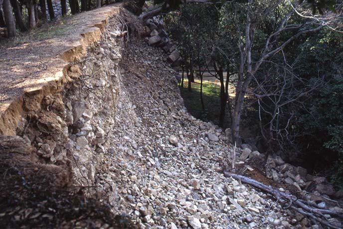 震災で崩れた二ノ丸の北辺石垣の画像