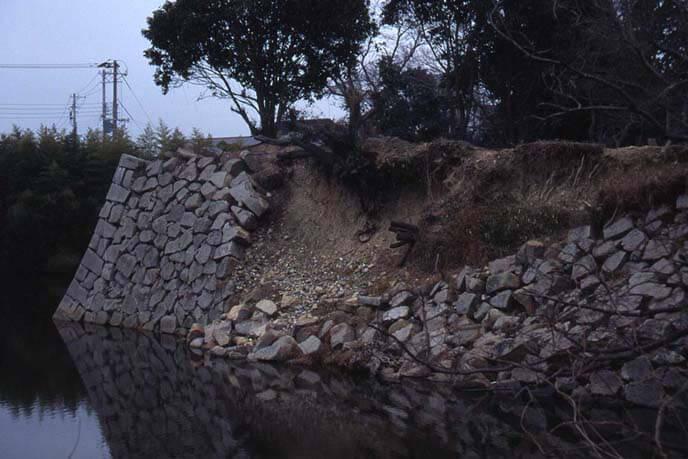 震災で崩れた薬研堀(やげんぼり)石垣の画像