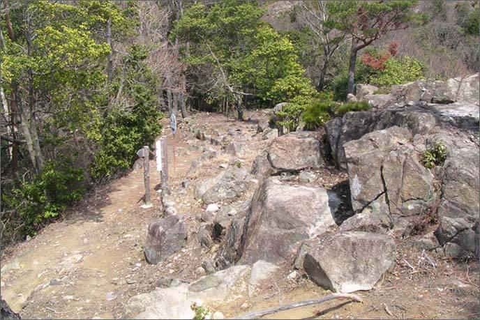 岩場の坂道を登っていきます。