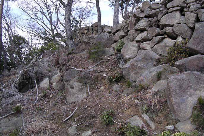 円弧を描く石積み(左)