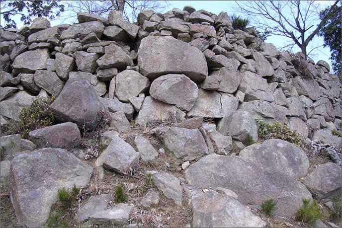 円弧を描く石積み(正面)
