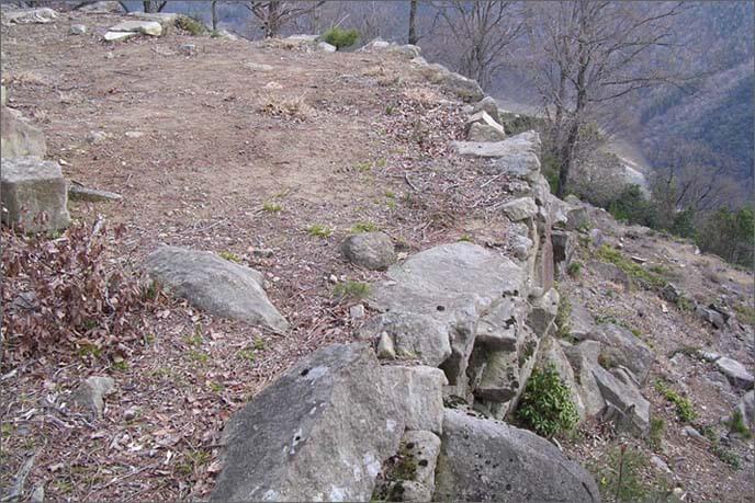 円弧を描く石積みの天端(てんば)部分