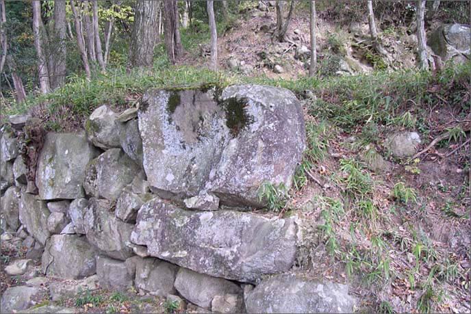 基礎となる足元の根石も大きい。