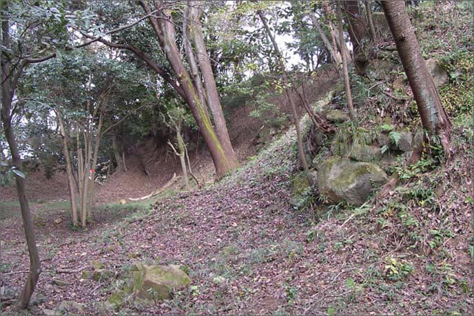 右手にせり上がる二ノ丸の急崖で堅固な守りが期待できます。
