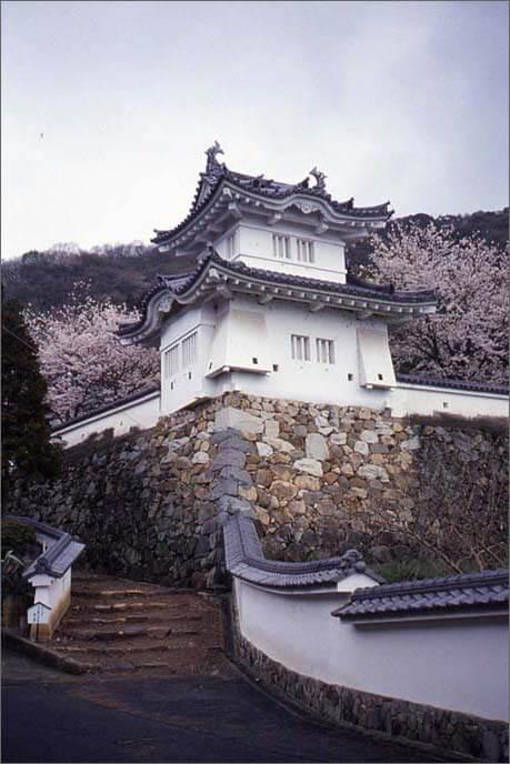 桜の木と麓城の隅櫓の画像