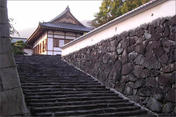 麓城の城門の階段の画像