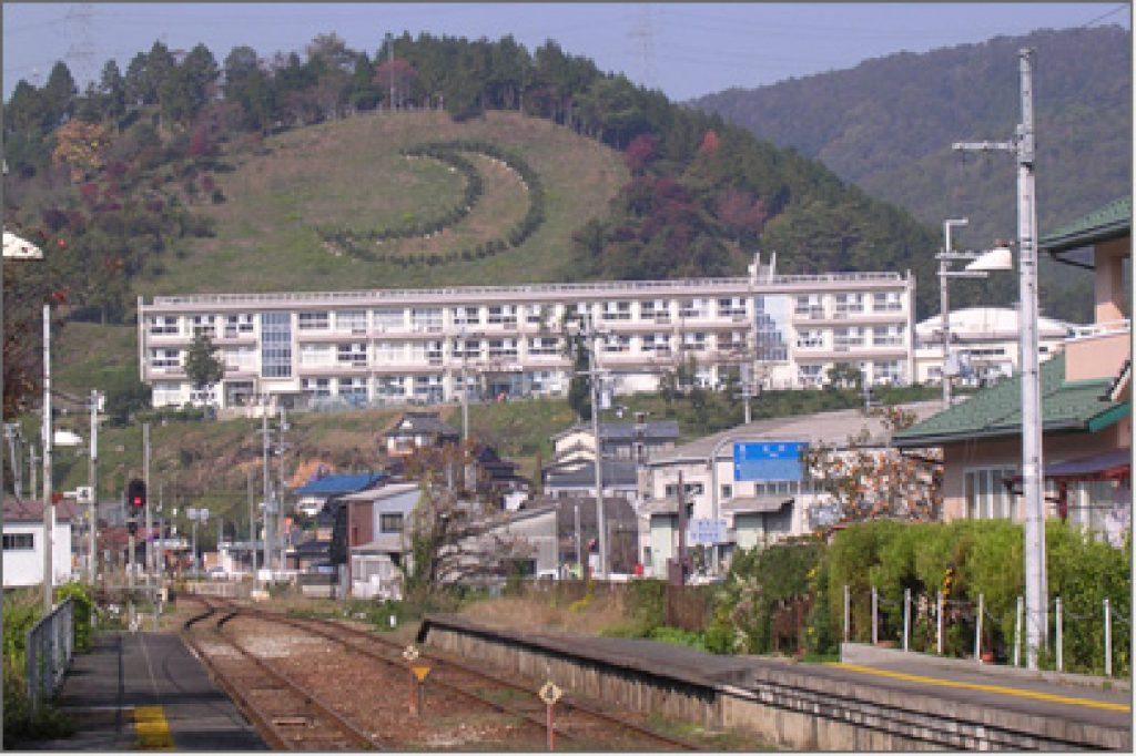 線路から三日月陣屋の見える風景画像