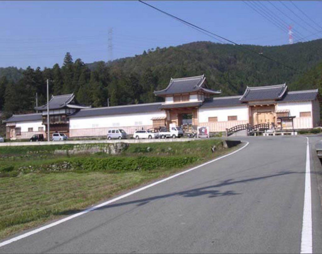 橋の架かった中御門(なかごもん)と右側の通用御門(つうようごもん)の画像