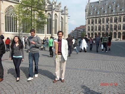 ベルギーの大学都市ルーヴェンでの藪田館長の写真