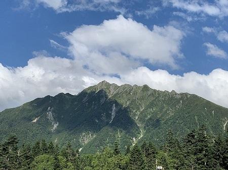 西穂高の展望台から正面に見える笠ケ岳の風景