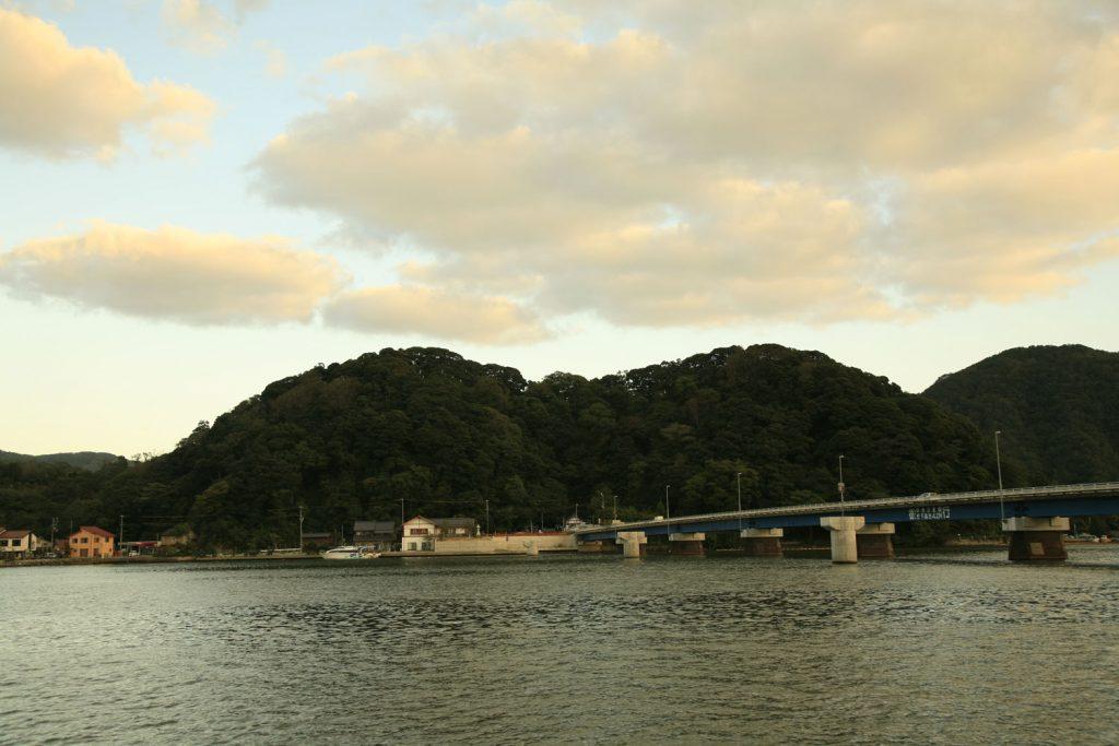 円山川の対岸から