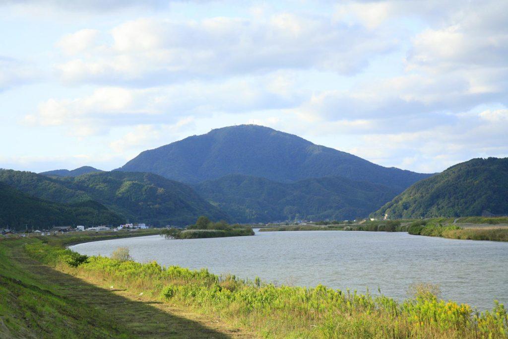円山川と来日岳