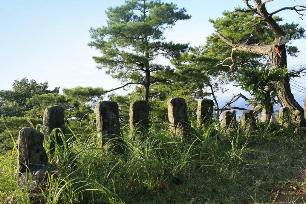 頂上の石仏たち