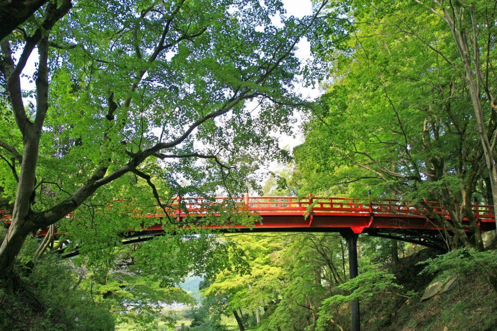 森に映える朱色の橋