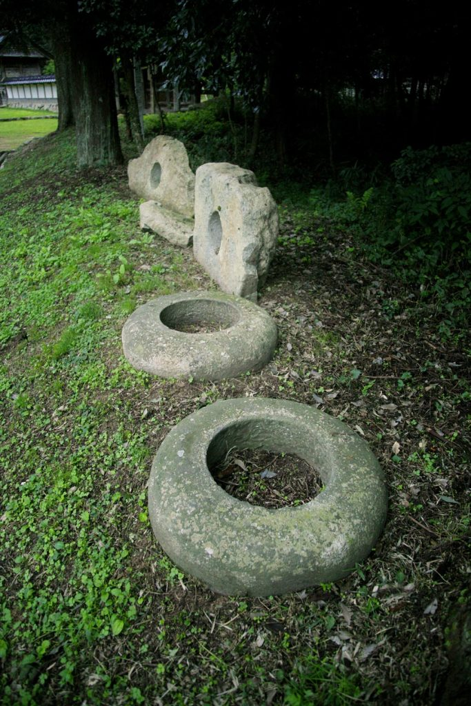 掘り出された鳥居の礎石