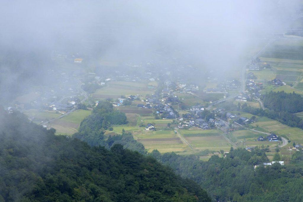 頂上から粟鹿神社方向を望む